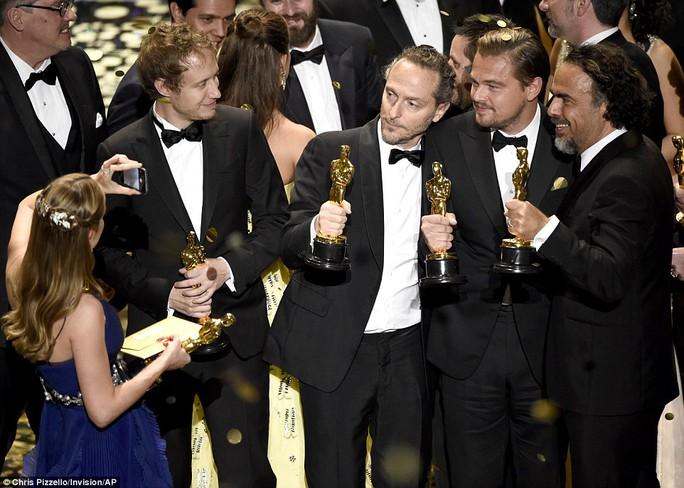 Kate Winslet rơi nước mắt khi Leonardo DiCaprio đoạt giải