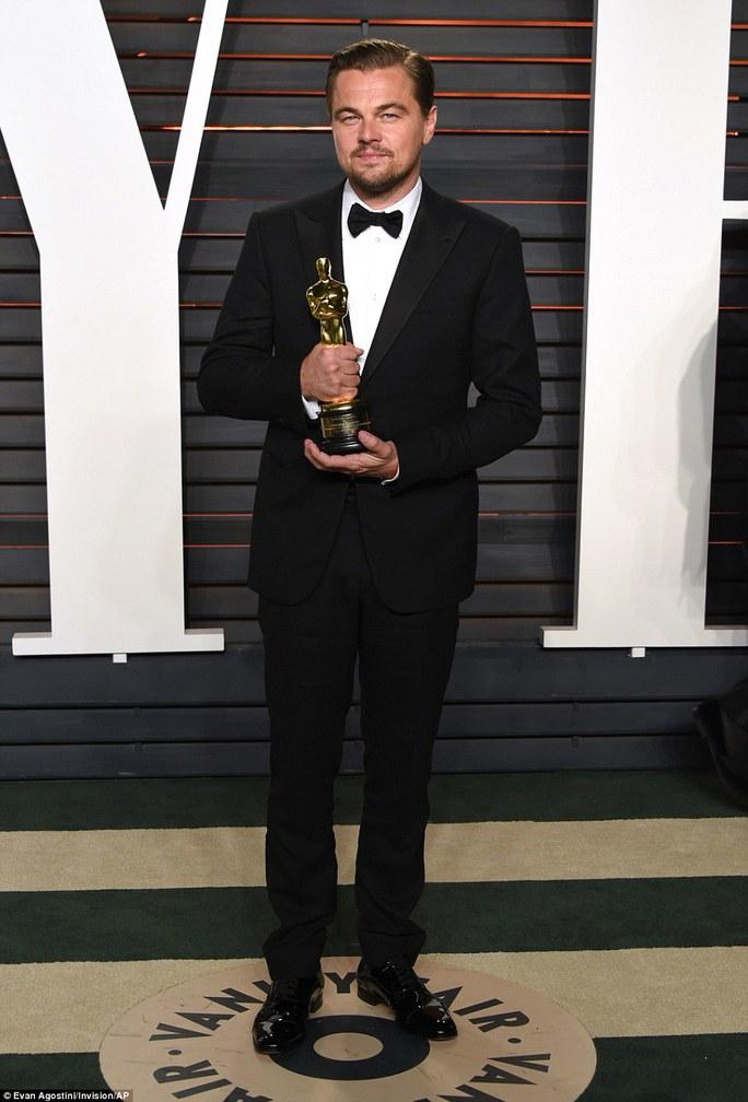Leonardo bên tượng vàng Oscar