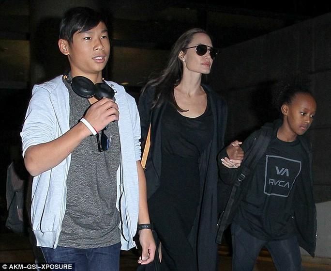 Pax Thiên cùng Zahara, Shiloh và Angelina Jolie về Los Angeles