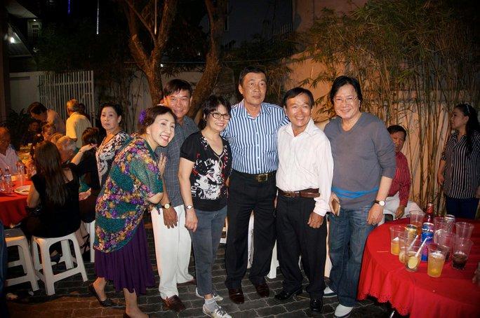 NS Tài Lương và các NS: Lệ Thủy, Tài Bửu Bửu, Thanh Liêm, An Danh, Viễn Sơn (từ trái sang) tại nhà NSND Lệ Thủy