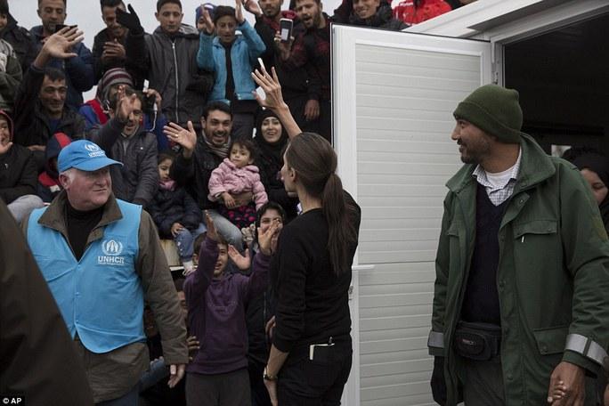 Angelina Jolie thăm người tị nạn ở Hy Lạp