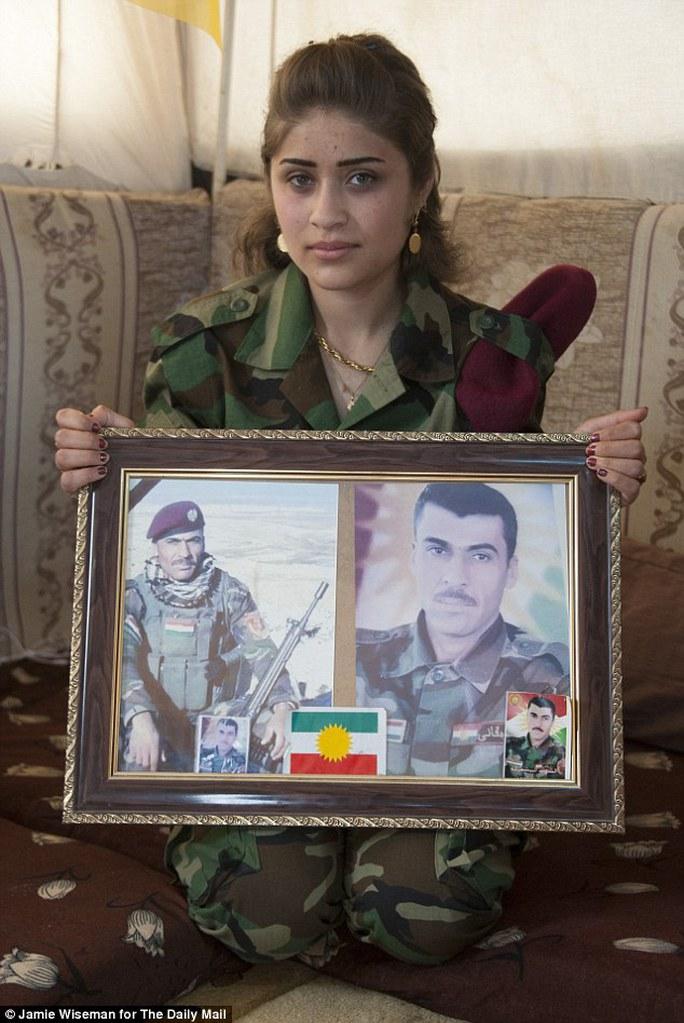 Chú ruột của cô gái xinh đẹp này đã hi sinh ở tuổi 32 trong một trận chiến chống IS.