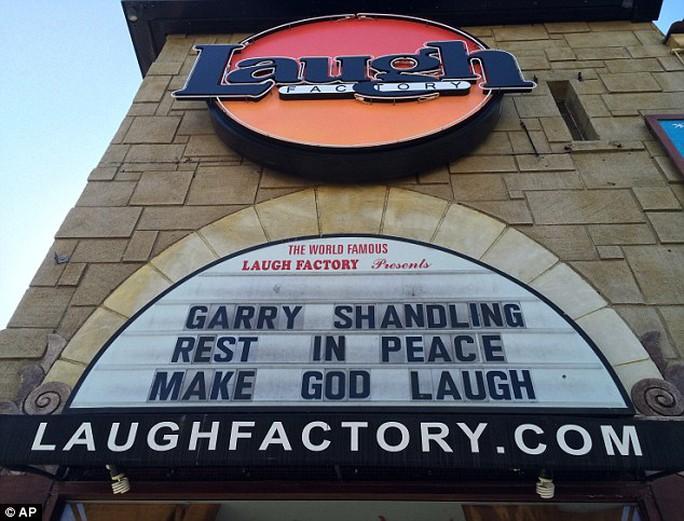 Nhiều nơi tưởng niệm Garry Shandling
