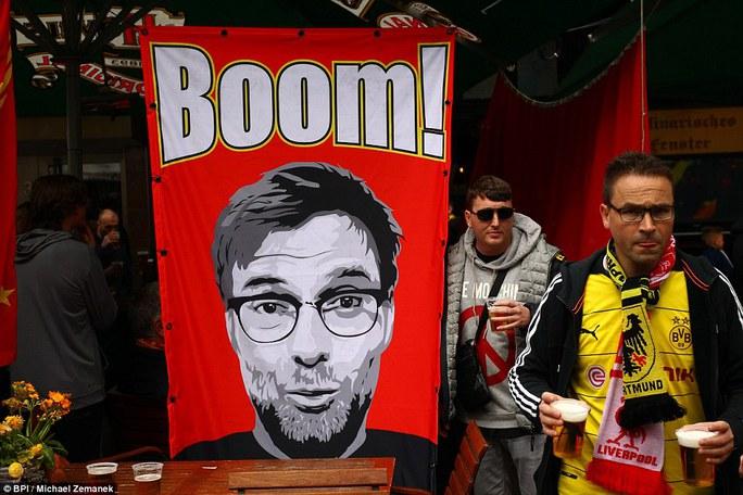 """Mặc fan Dortmund chào đón, Klopp vẫn ăn mừng """"điên cuồng"""""""