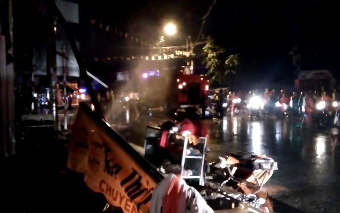 Vụ cháy thiêu rụi cửa hàng bán đồ lưu niệm trong chùa, khiến khu dân cư hoảng loạn.