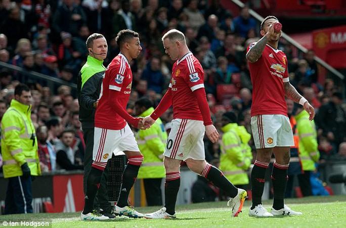Rooney ra sân nhường chỗ cho Jesse Lingard