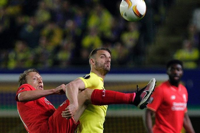 Cựu tiền đạo Tottenham Soldado bị khóa chặt
