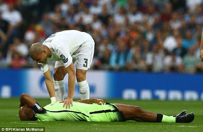 Kompany nằm sân đau đớn trong trận gặp Real Madrid