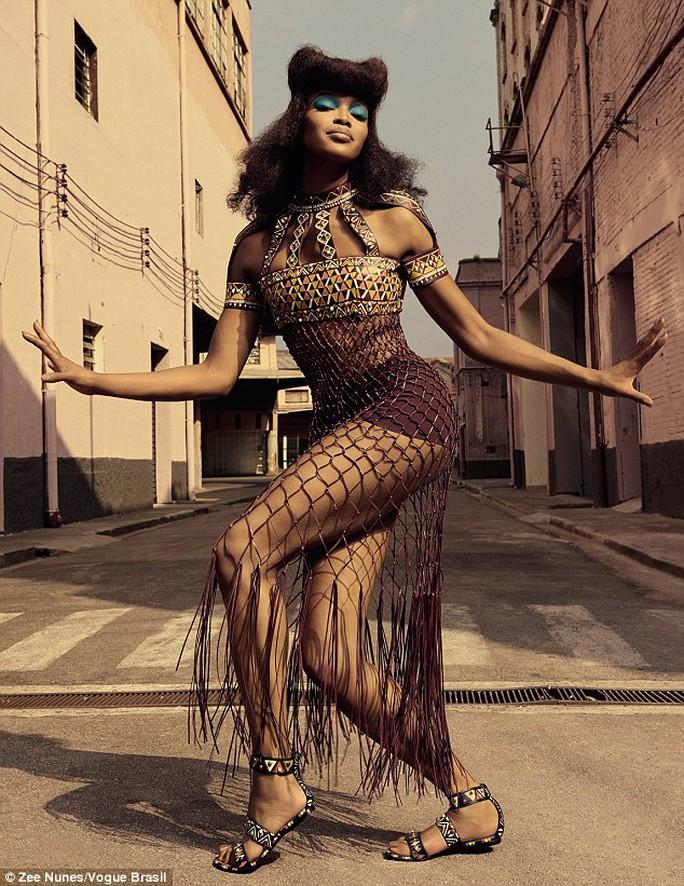 """""""Báo đen"""" Naomi Campbell khoe dáng ấn tượng trên tạp chí"""