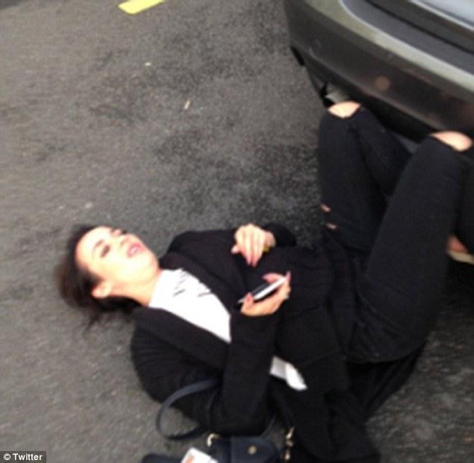 Nữ diễn viên Stephanie Davis ngã trên mặt đất sau vụ bị tấn công