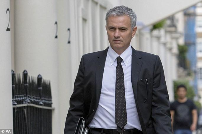 HLV Mourinho rời khách sạn sau khi ký hợp đồng chính thức