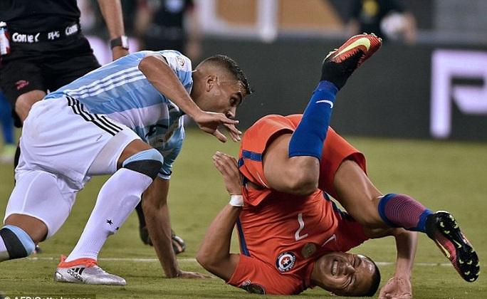 Sanchez khoe chấn thương ghê rợn sau chung kết Copa
