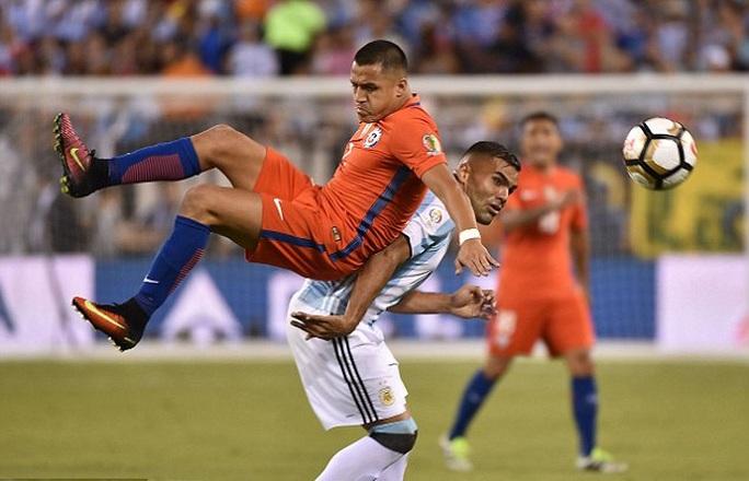 Những pha bóng vô cùng quyết liệt dẫn đến chấn thương của Sanchez