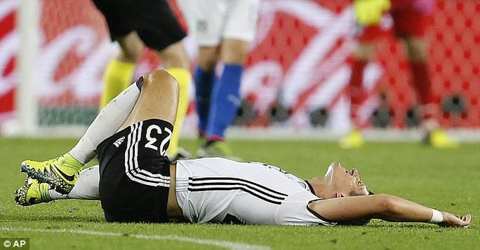Gomez đau đớn vì chấn thương