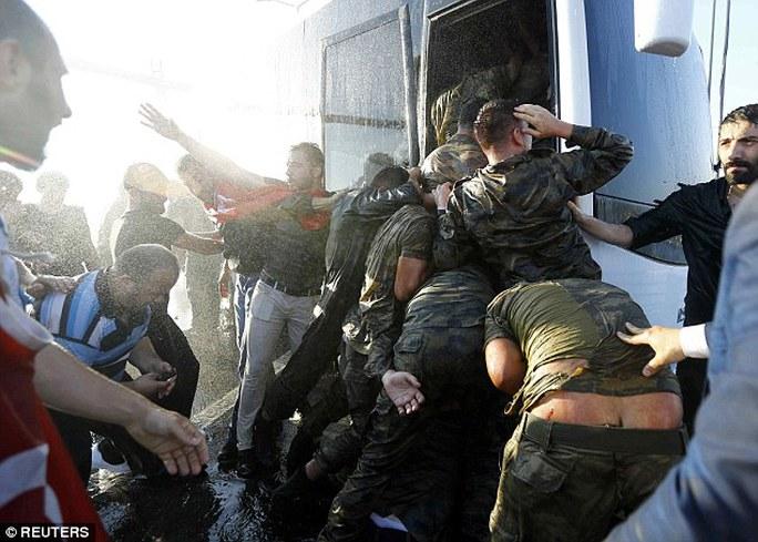 Lính đảo chính bị áp giải lên xe buýt sau khi đầu hàng hôm 16-7. Ảnh: REUTERS