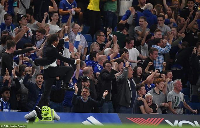 Vỡ òa khi Costa ghi bàn ấn định chiến thắng