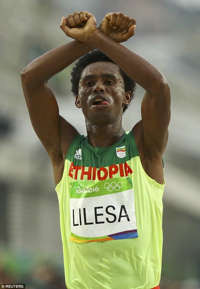 Lilesa với hành động được cho là phản đối chính phủ Ethiopia khi về đích ở Olympic
