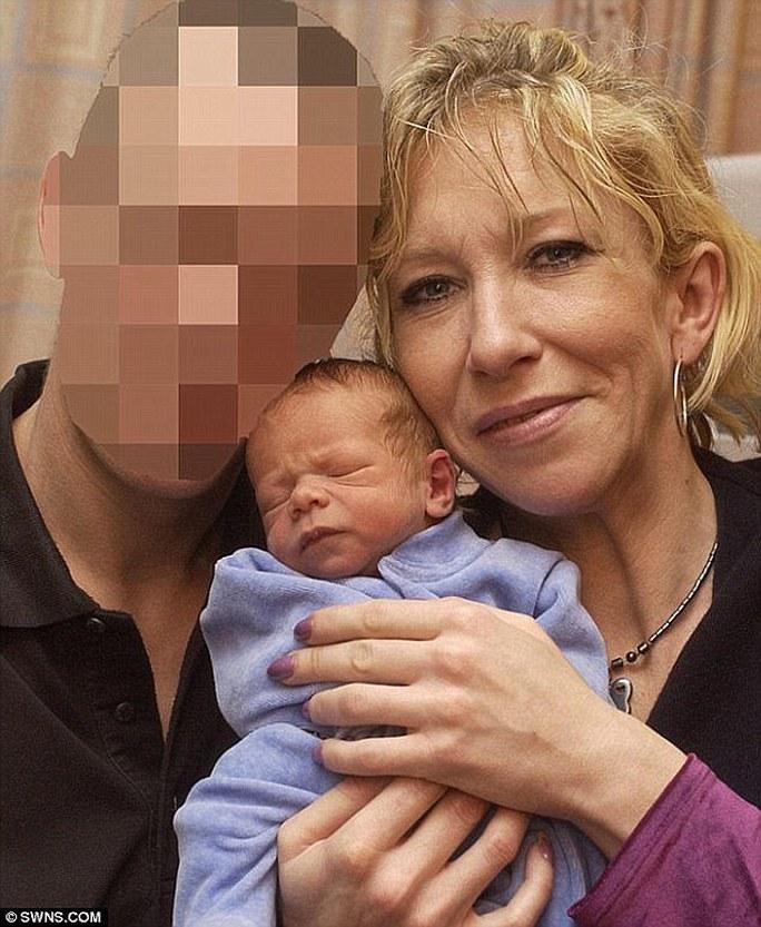 Cô dâu thánh chiến Sally Jones cùng con trai JoJo đến Syria 2014.