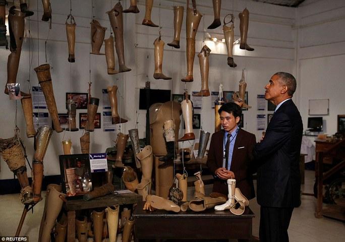 Ông Obama đến thăm các nạn nhân bị mất tay, chân vì bom còn sót lại từ thời chiến. Ảnh: REUTERS