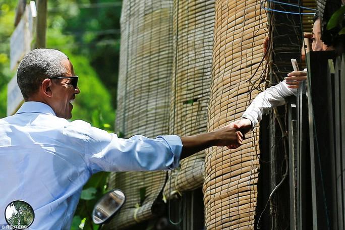 Tổng thống Mỹ thân thiện bắt tay người dân Lào. Ảnh: REUTERS