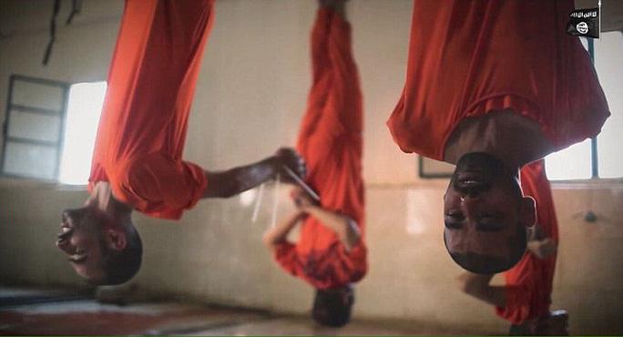 Các tù nhân bị treo ngược. Ảnh: Daily Mail