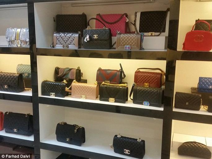 Các sản phẩm hàng hiệu bày bán tại Dubai. Ảnh: Farhad Dalvi