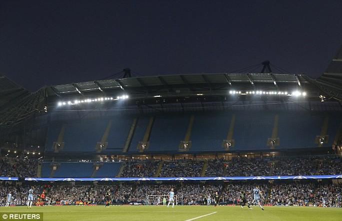 Guardiola lo lắng khi CĐV hững hờ với Man City