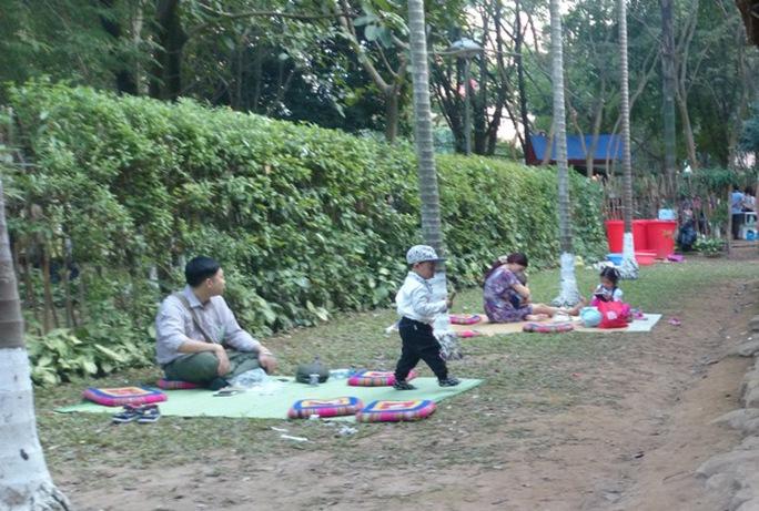 Nhiều gia đình chọn ăn chiều tại khu nhà người Thái để đợi xem bắn pháo bông vào buổi tối