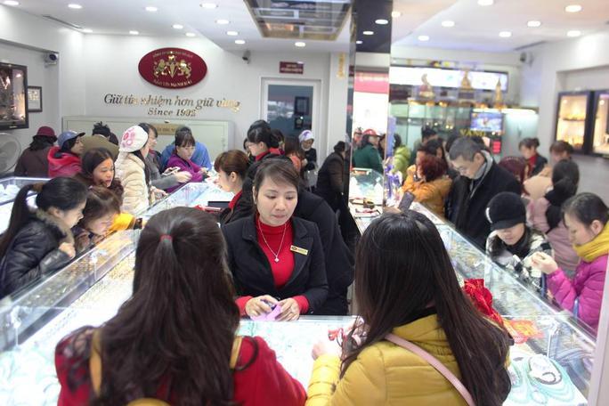 Bên trong cửa hàng cũng ken đặc khách hàng đến mua vàng