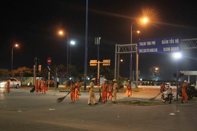 Rất đông công nhân vệ sinh được huy động làm việc ngay sau khi kết thúc pháo hoa