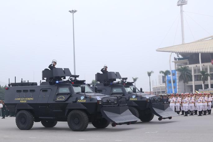Dàn xe đặc chủng chống khủng bố của Cảnh sát cơ động tham gia bảo vệ Đại hội Đảng được trình diễn
