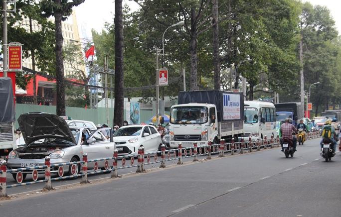 Chiếc ô tô 4 chỗ bất ngờ bị sự cố khi lưu thông đến giao lộ Ba Tháng Hai - Lê Hồng Phong
