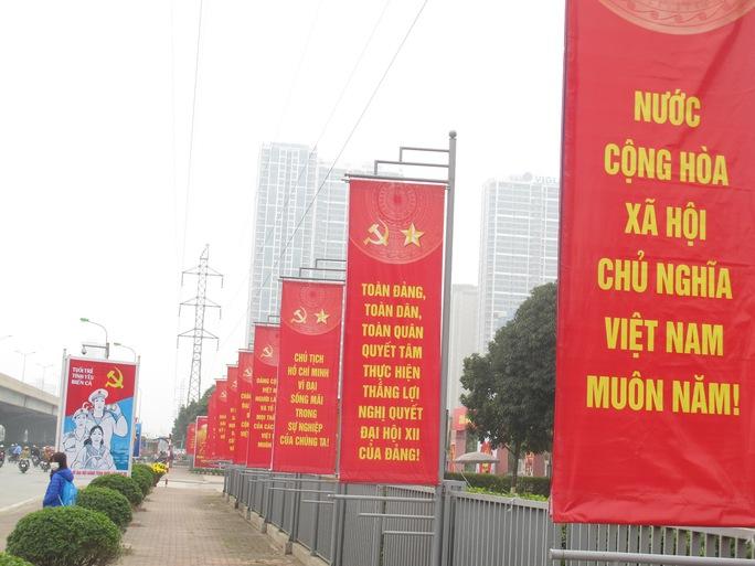 Trang hoàng quanh Trung tâm Hội nghị quốc gia Mỹ Đình, trên các tuyến đường Phạm Hùng, Đại lộ Thăng Long
