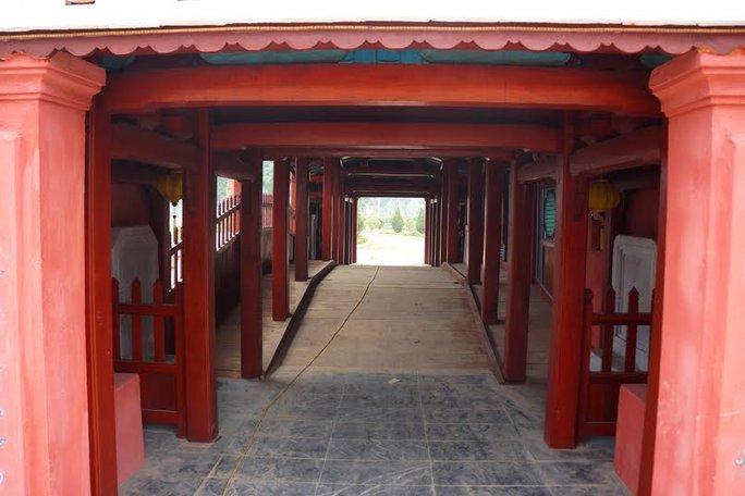 Công trình này được xây dựng giống hệt Chùa Cầu ở TP Hội An nhưng nhỏ hơn, tỉ lệ 75%