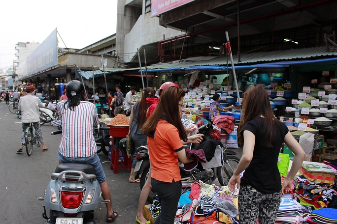 Kẻ bán người mua tấp nập bên đường, thoải mái trả giá như trong một ngôi chợ thực sự