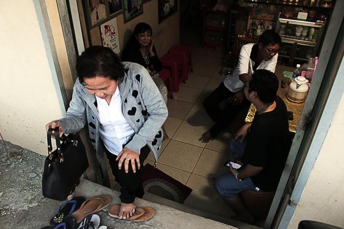 Sàn nhà của anh Nguyễn Thanh Vân thấp hơn mặt đường gần 1,5m, ra vào rất khó khăn. Một người trong nhà nói vui: Xóm này nhà nào cũng như cái hầm nhưng chẳng có mấy nhà đủ tiền nâng nền, nâng nhà cả. Mùa mưa sắp tới gần chắc nhà tôi dùng để nuôi... tôm, cá!