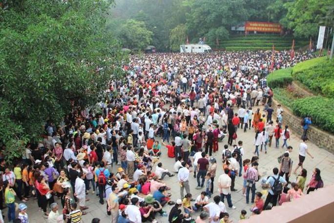 Ngay từ sáng sớm, hàng chục vạn người dân đã có mặt tại khu di tích Đền Hùng (Phú Thọ) để vào dâng hương tưởng nhớ các Vua Hùng