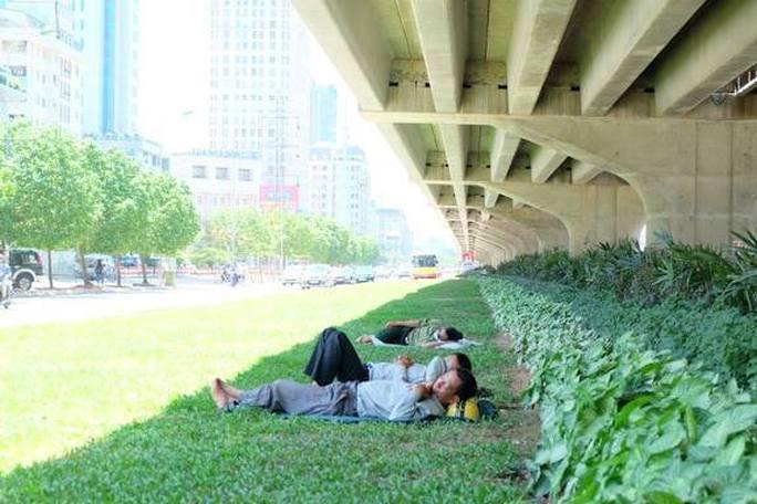 Người lao động tự do trốn nắng nóng vào khu vực gầm đường vành đai 3 trên cao