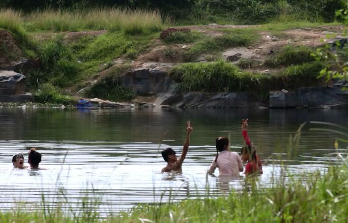 Không chỉ có các bạn nam, các bạn nữ cũng hào hứng tham gia những cuộc vui nguy hiểm như thế này. Đặc biệt, những ngày cuối tuần hoặc những ngày nắng nóng hồ Đá thu hút hàng trăm người tập trung về bơi lội.