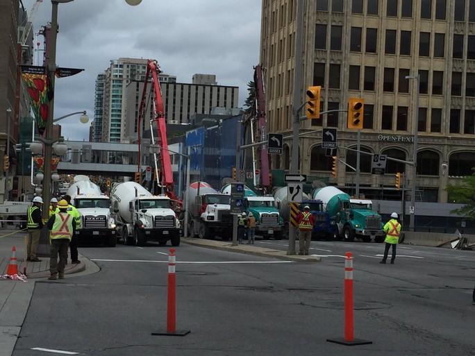 """Canada: Đường 4 làn xe """"gãy đôi"""" vì hố tử thần"""