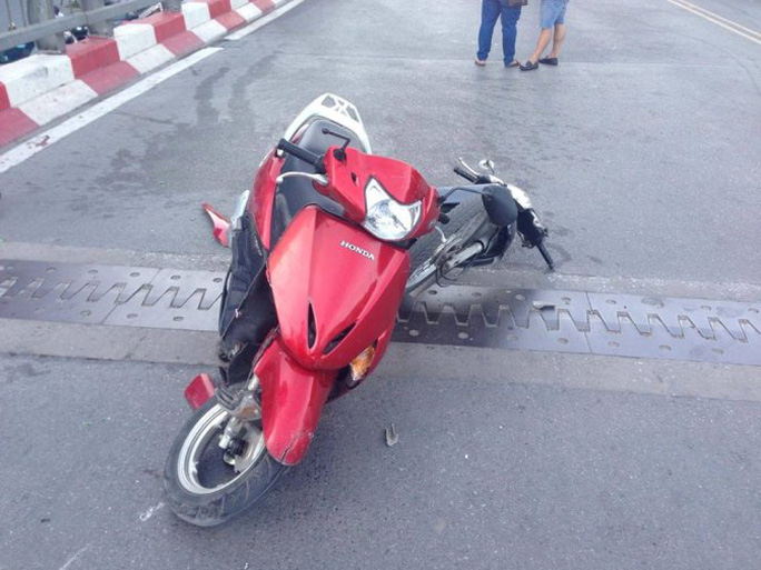 Hai chiếc xe máy bị tông dính vào nhau