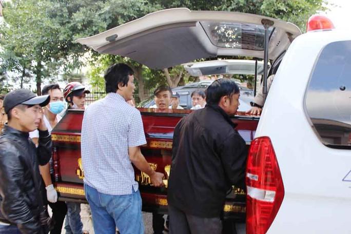 Người nhà đưa thi thể các nạn nhân về quê an táng Ảnh: KỲ NAM