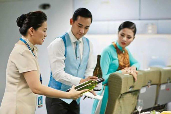 """Trên một chuyến bay của Vietnam Airlines, hạng Thương gia thường được phục vụ 4 loại rượu vang Pháp, gồm 2 loại vang trắng và 2 loại vang đỏ. Khi mời khách dùng rượu vang, tiếp viên phải giới thiệu được 4 thông tin cho khách, gồm năm sản xuất; vùng trồng nho; nơi sản xuất và tên của loại rượu vang đó. Hoa hậu Ngọc Hân phải thốt lên """"Sao khó vậy ta"""""""