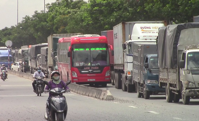 Vụ tai nạn gây ra tình trạng kẹt xe trầm trọng trên quốc lộ 1 hướng từ cầu vượt Sóng Thần về ngã tư An Sương.