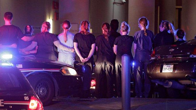 Cảnh sát và nhân viên bệnh viện Baylor Scott & White trong khi chuyển thi thể một nạn nhân. Ảnh: RTE NEWS