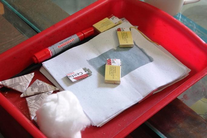 Các hộp dao lam được thầy lang dùng lễ vào cơ thể bệnh nhân.
