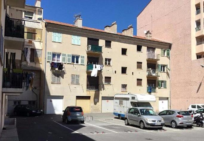 Cảnh sát đột kích một khối căn hộ nghi liên quan tới Bouhlel. Ảnh: DAILY MAIL