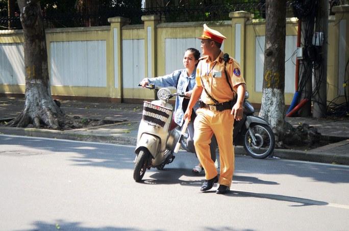 Nhiều trường hợp đi xe máy điện không đội mũ bảo hiểm cũng bị xử lý