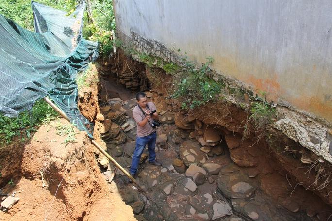 Các cống thoát nước thi công dang dở khiến vườn tược nhà cửa bị dòng xoáy của nước gây xói lở