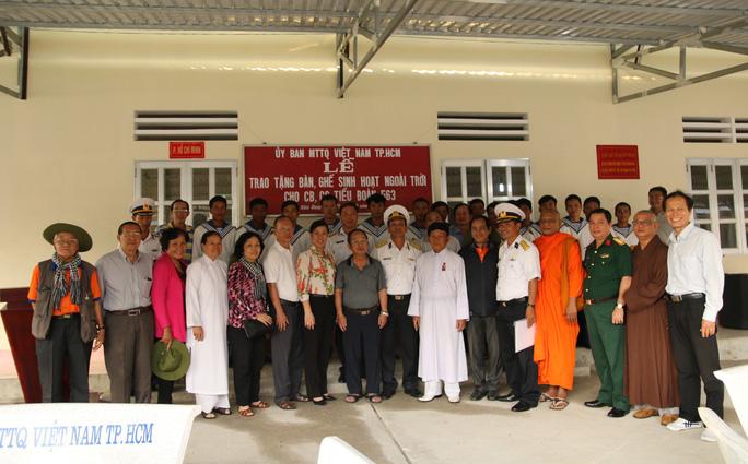 Đoàn công tác chụp ảnh lưu niệm với các chiến sĩ Vùng 5 Hải quân